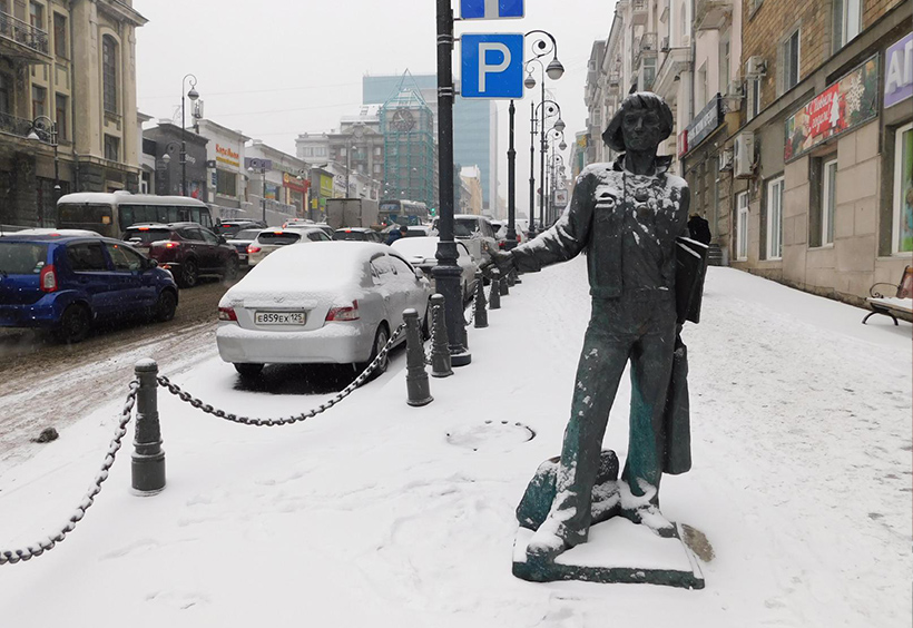 オケアン大通りに立っている海の男