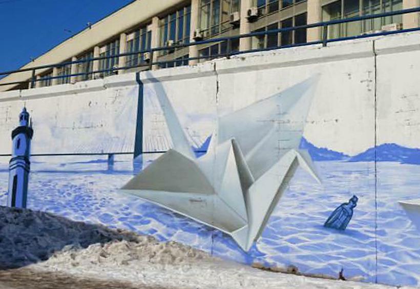 ウラジオストクの海に巨大な折り鶴が浮かぶ