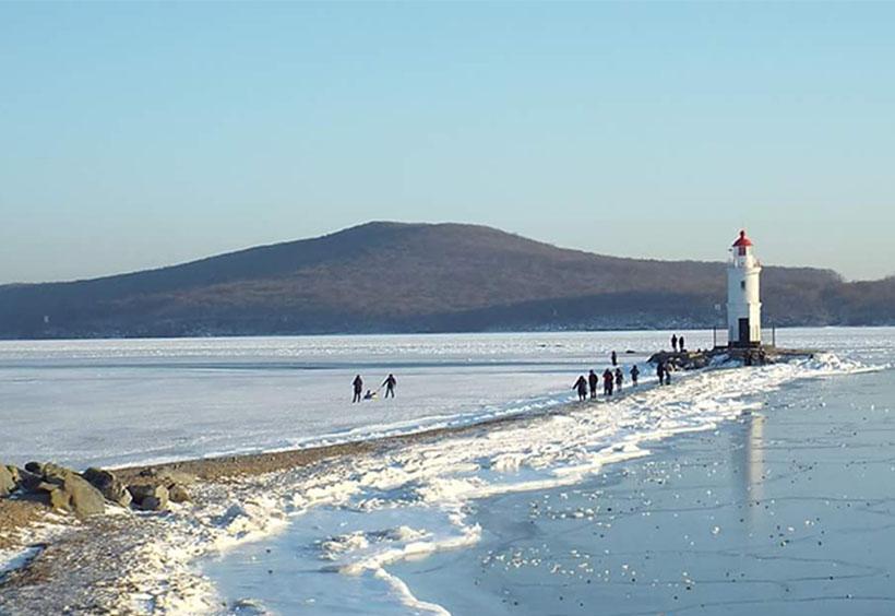海凍るトカレフスキー灯台