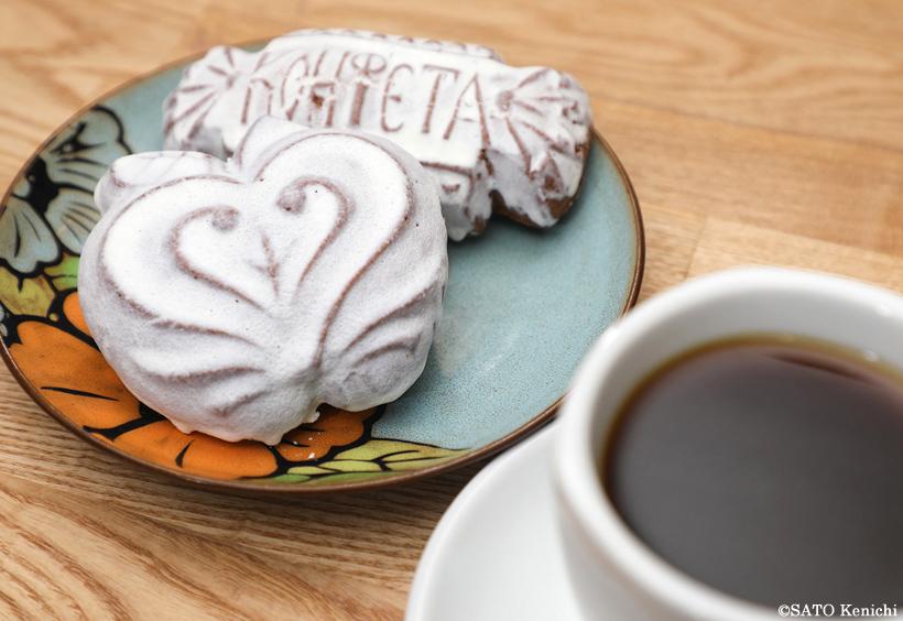 ロシアの伝統菓子プリャーニクとアメリカンコーヒーのセット