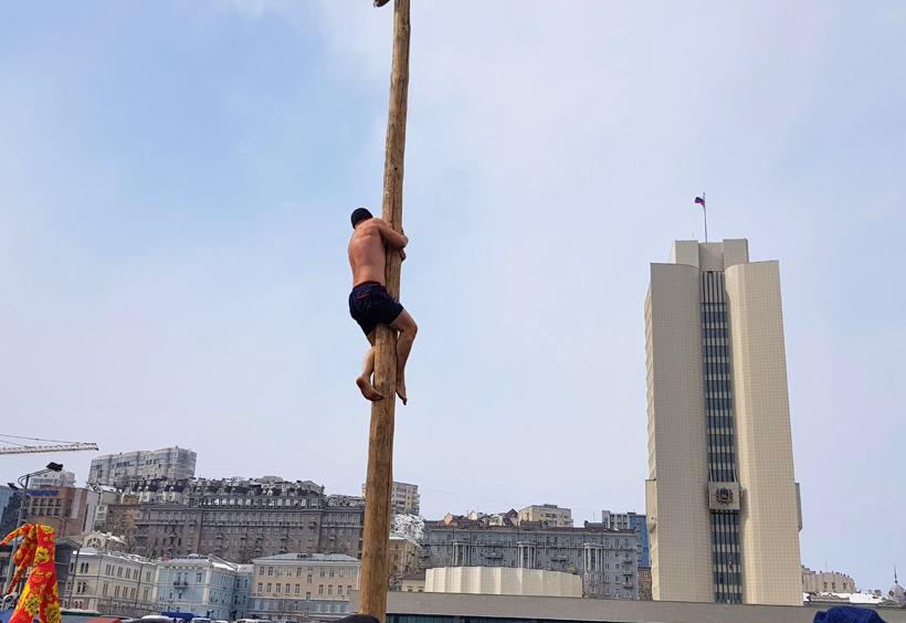 マースレニツァで棒を登る男性
