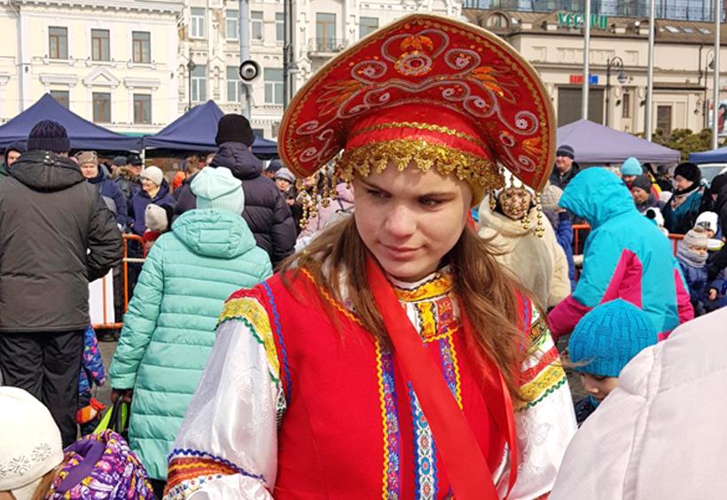 マースレニツァで民族衣装の女性