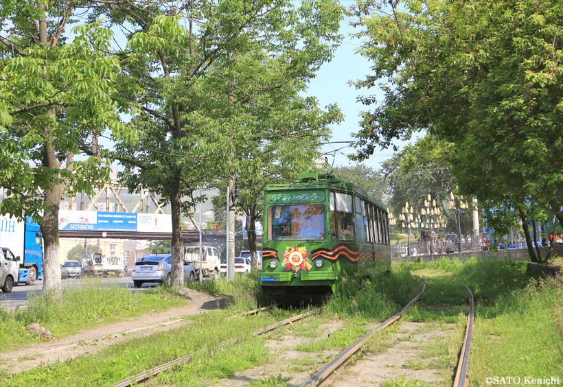 草むらの中を走るウラジオストクの路面電車