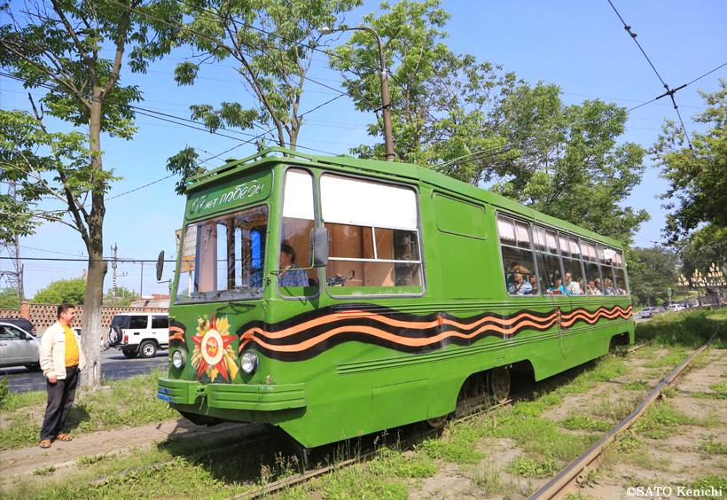 草むらの中で停車中のウラジオストクの路面電車