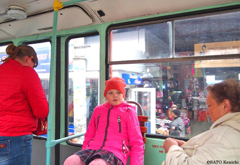 ウラジオストクを走る路面電車の車内に座る女の子