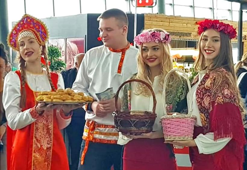 民族衣装に身を包んだロシア美女