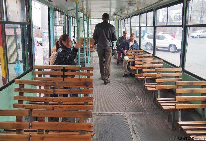 ウラジオストクを走る路面電車のベンチのような座席のある車両