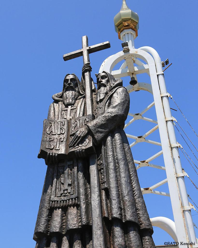 宣教師キュリロスとメトディオスの兄弟の銅像