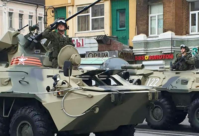 戦車から敬礼する兵士