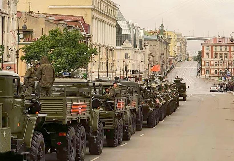 市街に並ぶ軍用車両