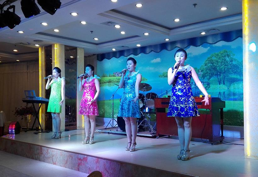 歌を披露する女性たち