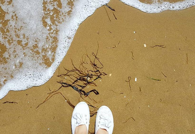 足元まで打ち寄せる波