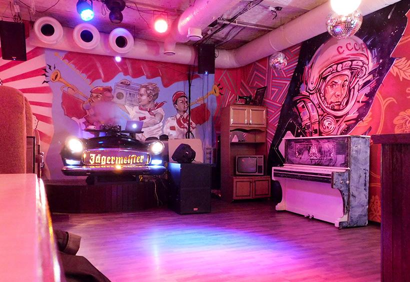 ユーリイ・ガガーリンが壁に描かれたダンスフロア