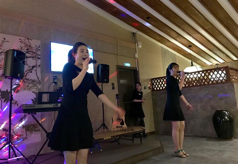 女性店員による歌の披露