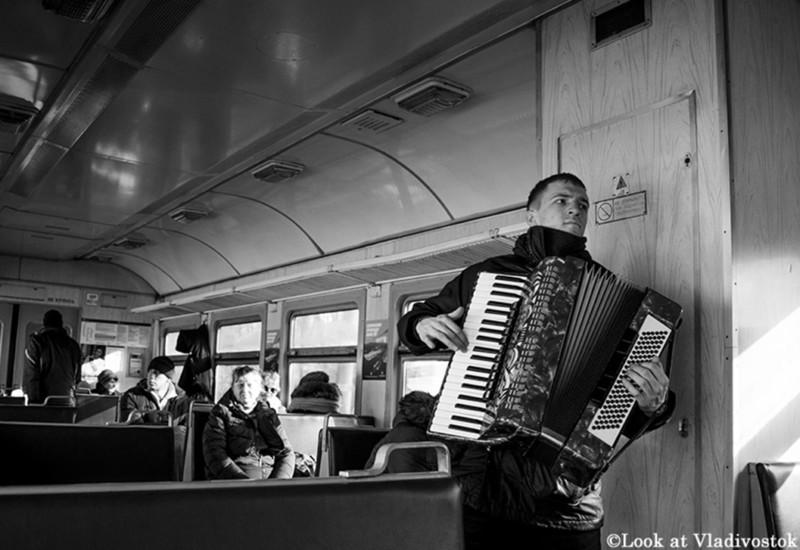 「電車の中のストリートミュージシャン」