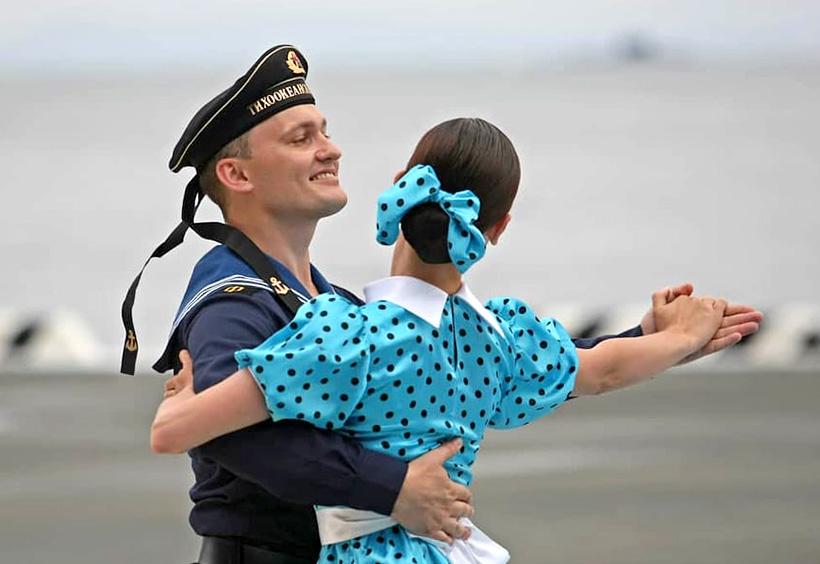 コスチュームを着て踊るパフォーマーの男女