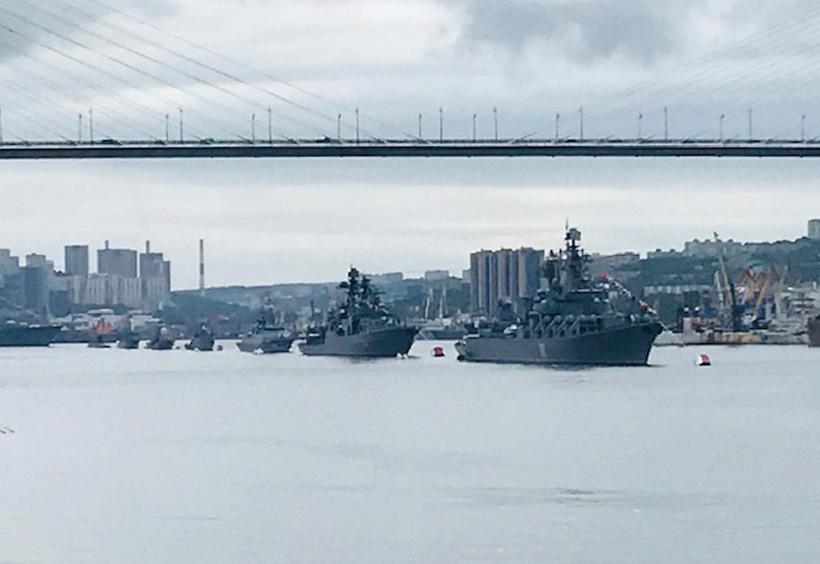 金角湾大橋を艦船がくぐる様子