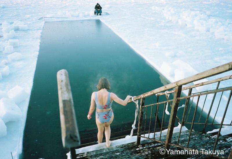 寒中水泳に向かう女の子