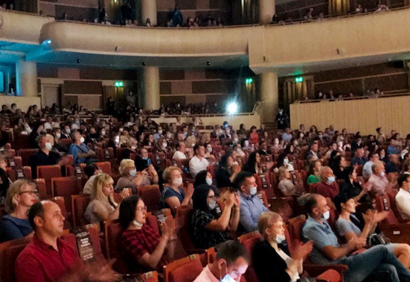 観客席に座る観客たち