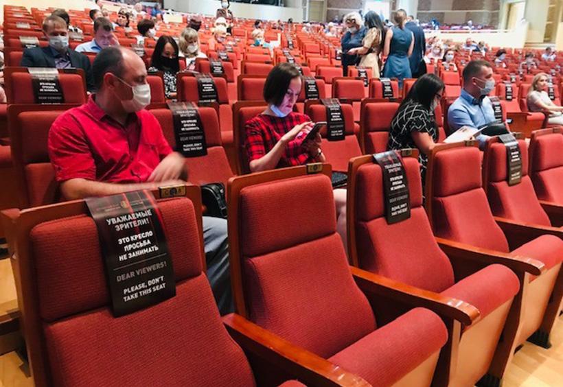 一席ずつ空席の観客席
