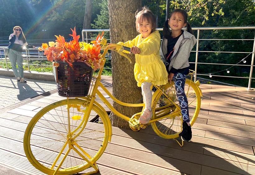 自転車のかごに紅葉を乗せて記念撮影