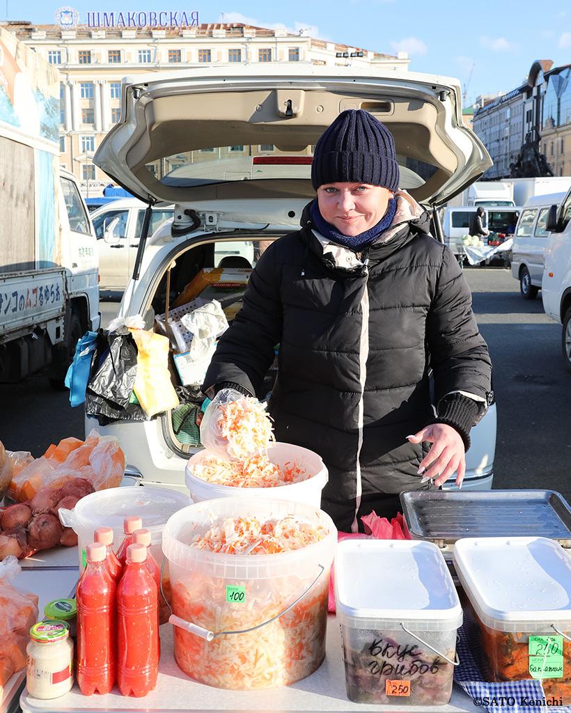 惣菜を売る女性