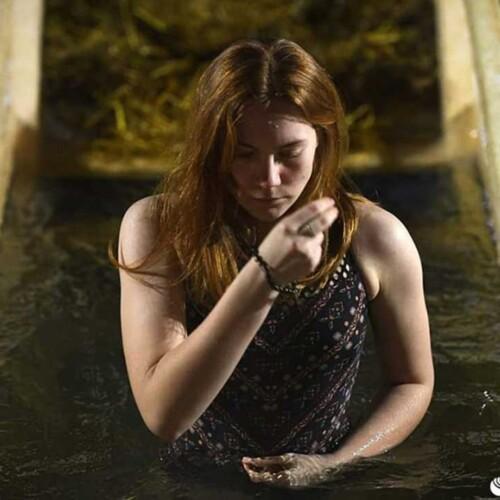 冷たい水に浸かる女性