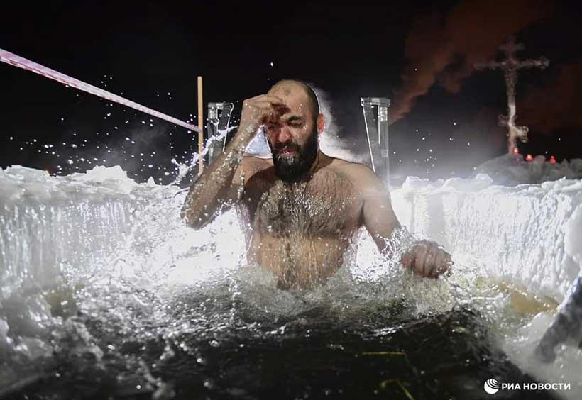 冷たい水の中へと浸かる男性