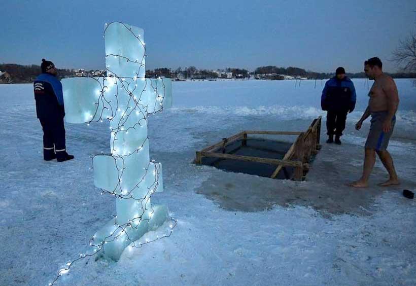 氷から切り出した十字架