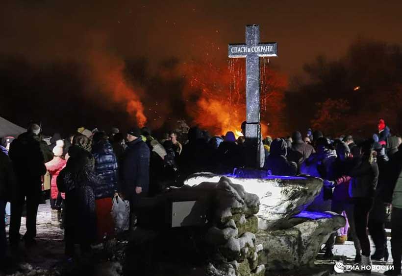 十字架の周りに集う人々