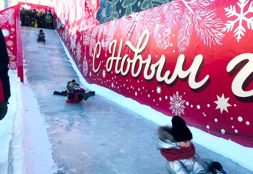 広場に設置された氷の滑り台