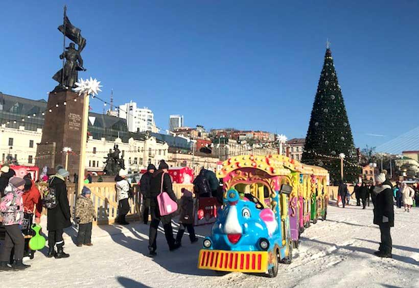 雪の積もる広場