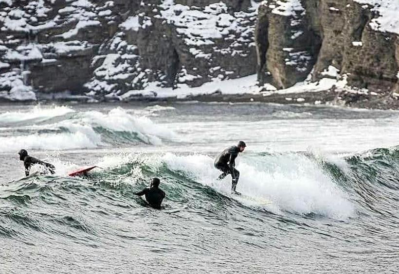 真冬のウラジオストクの海でサーフィンをする人たち