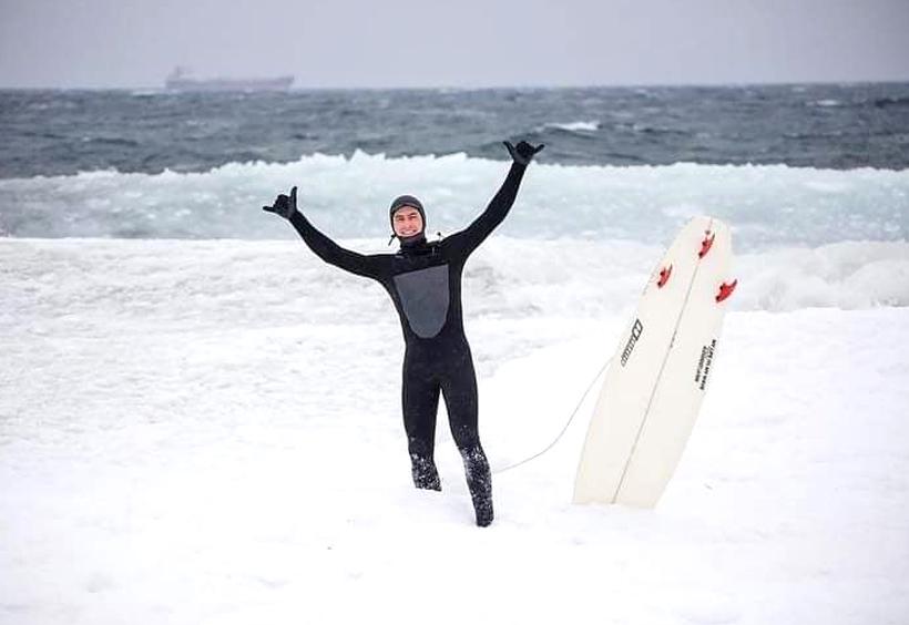 サーフィンを楽しむサーファー
