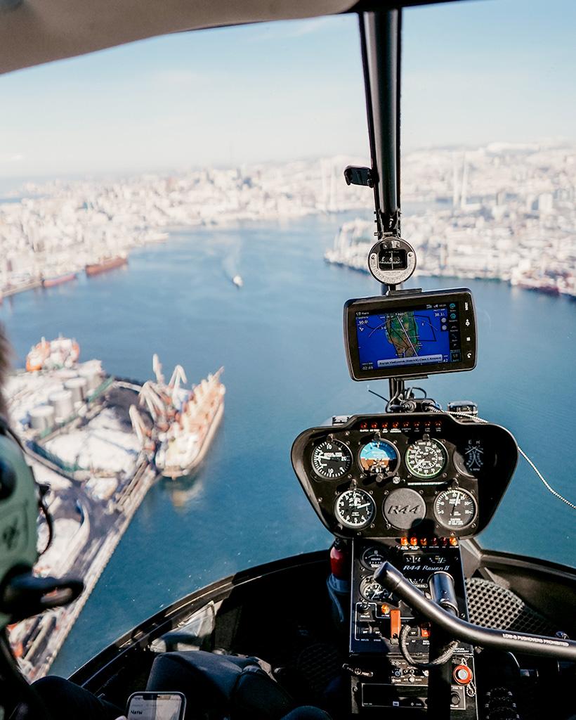 東に向かって旋回し、金角湾の上空を橋に向かって飛んでいきます