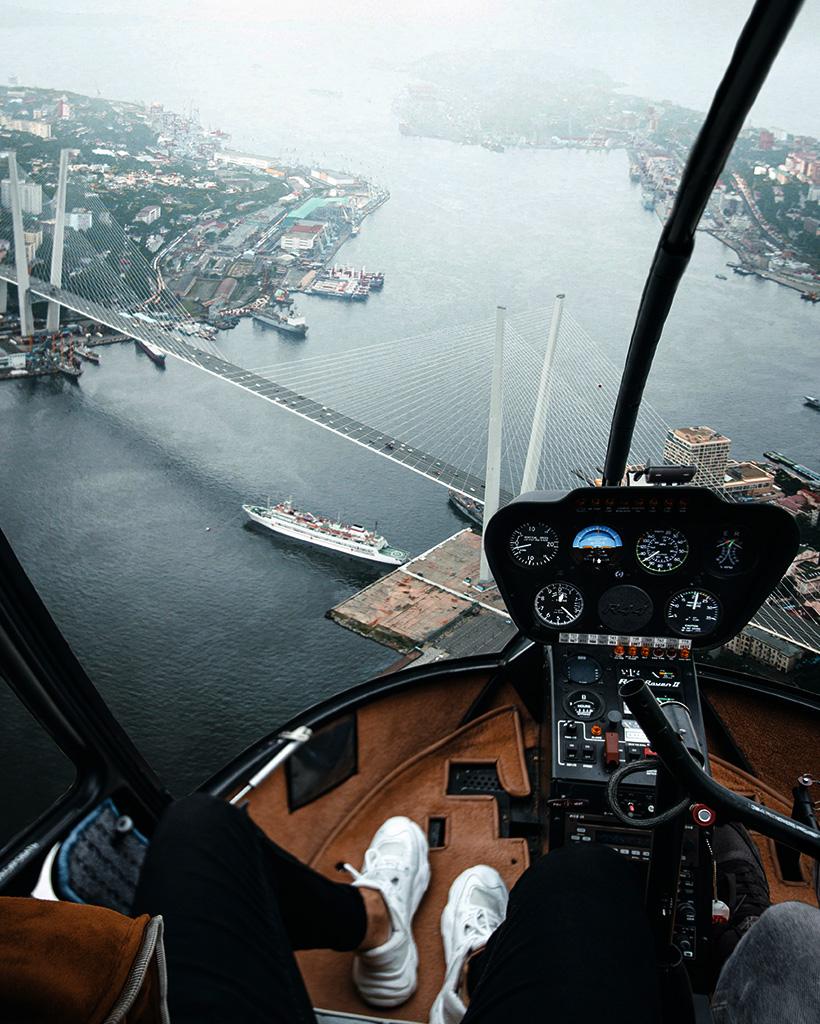 ヘリコプターの操縦席の隣の席から撮影