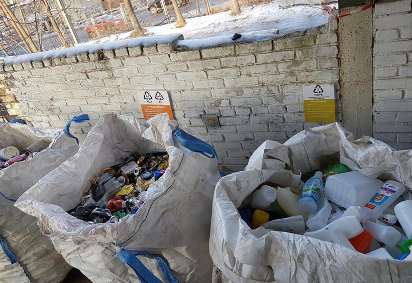 分別されたプラスチックと缶の資源ごみ
