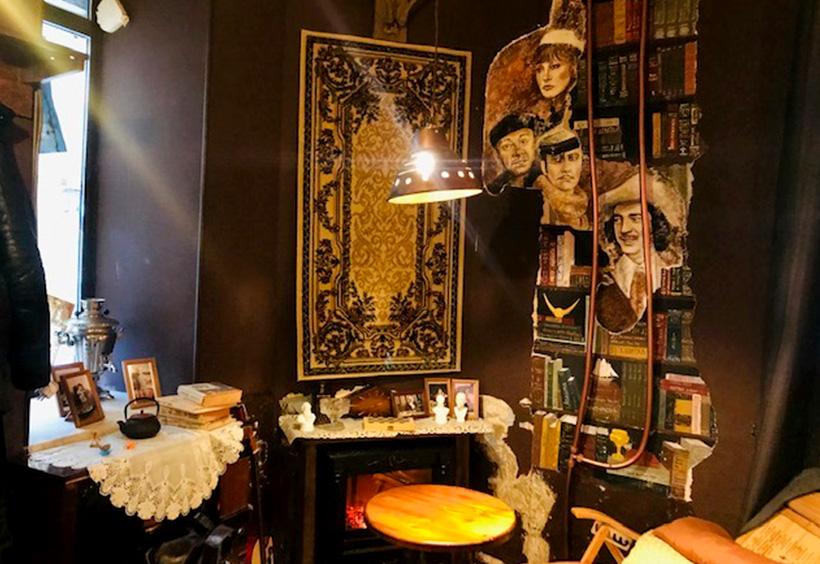 壁に貼られた絨毯やソ連時代の映画俳優たちの肖像画