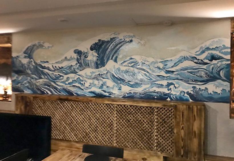 アジアンカフェ「GONG」店内に飾られている葛飾北斎の浮世絵風の波打つ絵