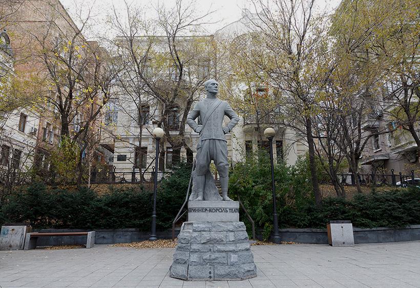 ユル・ブリンナーの祖父の銅像