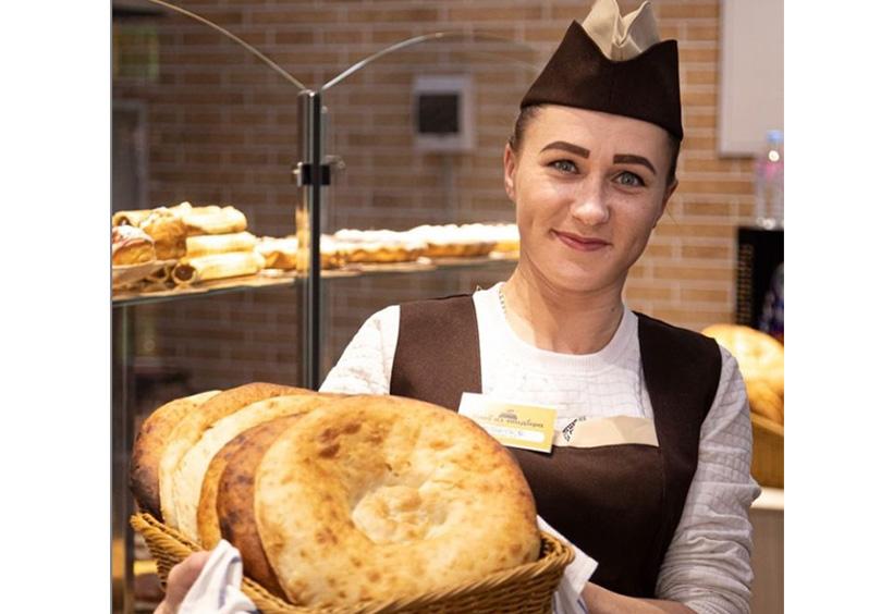 ベーカリーカフェ「フレーブ イズ タンディラ」 でパンを持つ店員さん