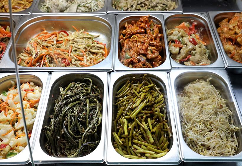 スーパーのお惣菜売り場に並ぶワラビ料理