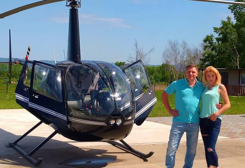 ヘリコプター前で記念撮影するウラジーミル夫妻