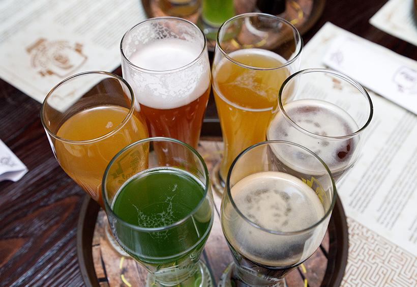 ウラジオストクの自家醸造のグラスに入った6種のクラフトビール