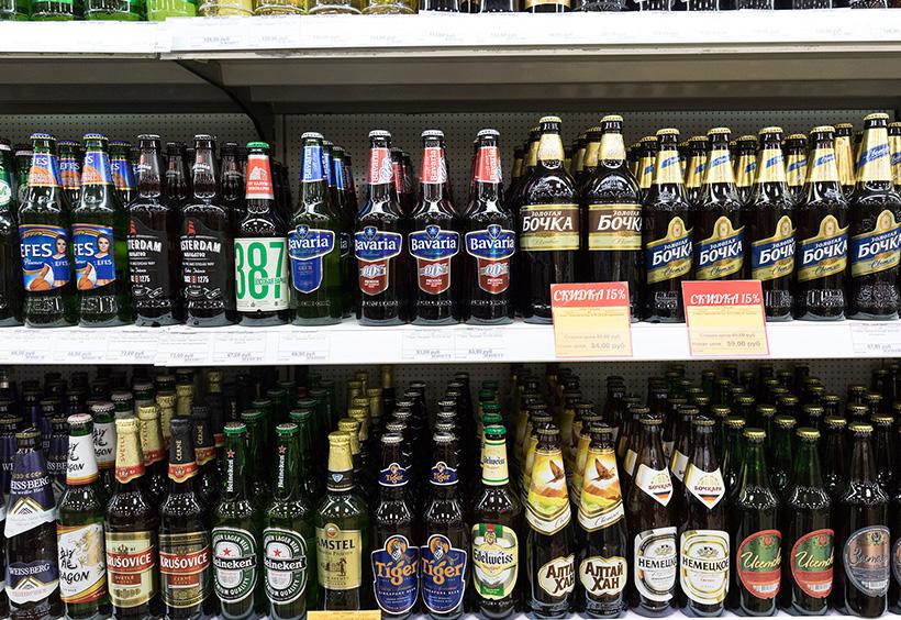 インポートビールの並ぶ棚
