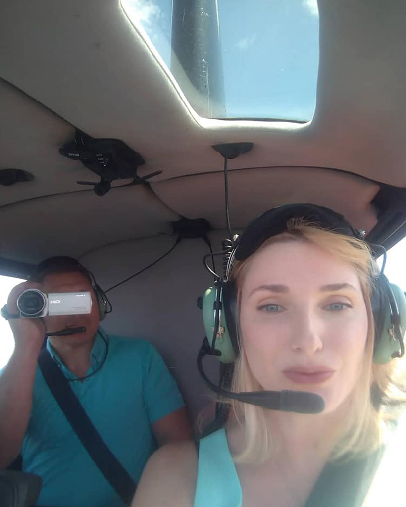 機内のウラジーミルさんと奥様