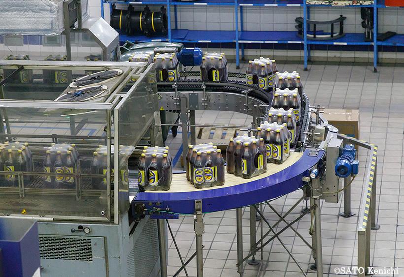 ペットボトル入りのビールを製造しているところ