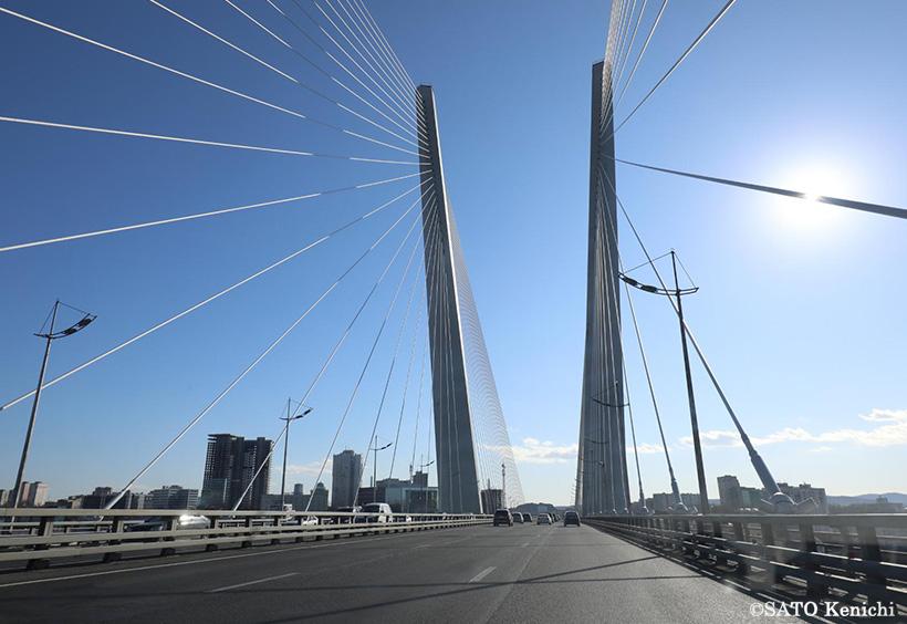 金閣湾大橋を通りぬける
