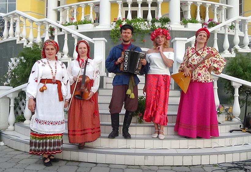 地元の民俗音楽アンサンブルのトラヂーツィヤ