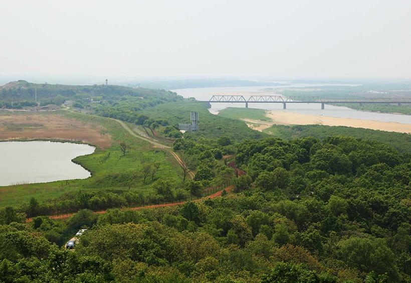 3か国の国境を中国の展望台から眺めたもの